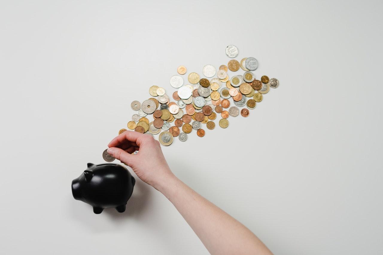 une tirelire remplie de pièces de monnaie